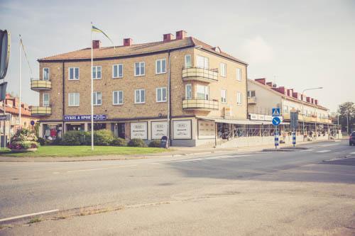 Centralt belägen tegelbyggnad i 3 plan byggt i etapper med första starten på 40-talet. Innefattar 22st hyresrättsägenheter och 8st verksamhetslokaler.